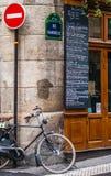 自行车在角落站立的其中一条巴黎街道  库存照片