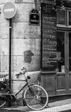 自行车在角落站立的其中一条巴黎街道  免版税库存图片
