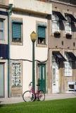 自行车在路标站立 免版税库存图片