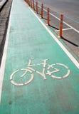 自行车在路的路标 免版税库存图片