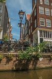 自行车在轻的岗位和楼梯栏杆黏附了在运河旁边在阿姆斯特丹 库存图片