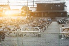 自行车在途中的停车场对姬路城帮助减少tra 库存图片