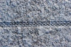 自行车在雪的轮胎轨道 免版税库存图片