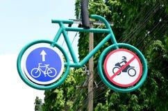 自行车在绿色金属路标的路线标志 图库摄影