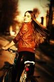 自行车城市俏丽的路妇女年轻人 免版税库存照片