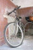 自行车壁角多灰尘老 库存图片