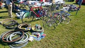 自行车备件在坎特伯雷室内自行车赛场的待售在自行车经典自行车年会显示 免版税库存图片