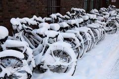 自行车大雪 免版税库存照片