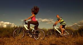 自行车夫妇Ñ… ÑŠ 免版税图库摄影