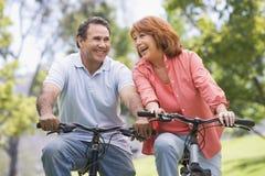 自行车夫妇成熟骑马 库存图片