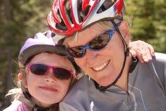 自行车女儿盔甲母亲 免版税库存照片
