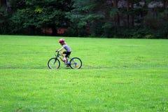 自行车女孩乘驾年轻人 免版税库存照片
