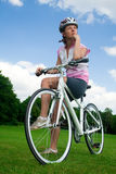 自行车女孩她俏丽的开会 免版税库存照片