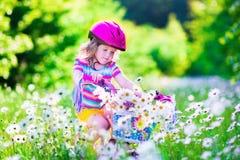 自行车女孩少许骑马 库存图片