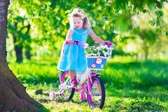 自行车女孩少许骑马 免版税库存图片