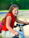 自行车女孩年轻人 免版税图库摄影