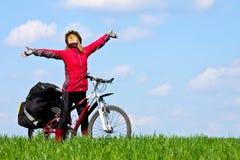 自行车女孩愉快的山年轻人 免版税库存照片