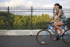 自行车女孩骑马 免版税库存照片