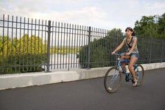 自行车女孩骑马 库存图片