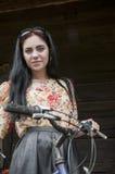 自行车妇女微笑 免版税库存照片