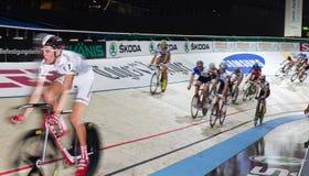 自行车室内晚上赛跑六天的跟踪苏黎&# 库存图片