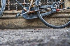 自行车对土气墙壁 免版税图库摄影