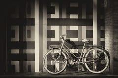 自行车对墙壁 免版税库存图片