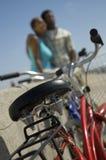 自行车对有夫妇的墙壁在背景中 免版税图库摄影
