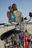自行车对有夫妇的墙壁在背景中 免版税库存图片