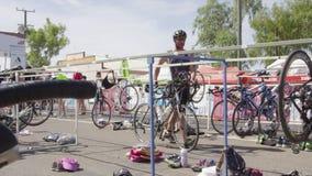 自行车射击和拿着他自己的自行车的人 股票视频
