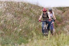 自行车山少年 免版税库存照片