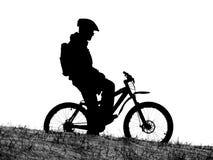 自行车山竟赛者剪影 免版税库存图片