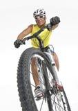 自行车山年轻人 免版税库存照片