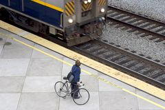 自行车市郊火车 图库摄影