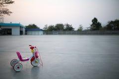 自行车开玩笑塑料玩具 免版税库存图片