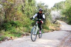 自行车循环的女孩喜悦骑马年轻人 图库摄影
