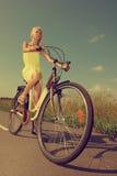 自行车循环的女孩喜悦骑马年轻人 免版税库存图片