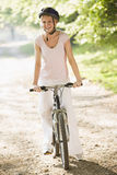 自行车微笑的妇女 库存照片