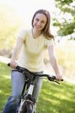 自行车微笑的妇女 库存图片