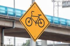 自行车或在街道或路的自行车道标志在城市或镇 库存图片