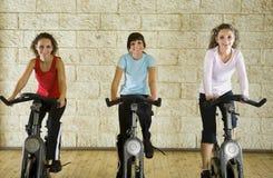 自行车执行愉快的妇女 免版税库存照片