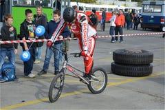 自行车技巧示范22 免版税库存照片