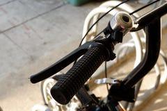 自行车把手和手 免版税库存照片