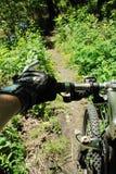 自行车把手山行迹 库存图片