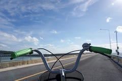 仅自行车把手有蓝天背景 免版税图库摄影