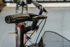 自行车把柄的选择聚焦关闭 免版税库存图片