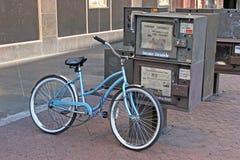 自行车报纸 免版税库存照片