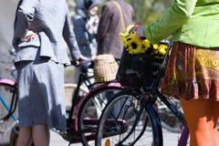 自行车拉脱维亚里加春天妇女 免版税库存照片