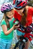 自行车指南针在手上 寻找方式的骑自行车者 免版税库存照片
