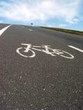 自行车接近的运输路线标记路旁 免版税库存图片